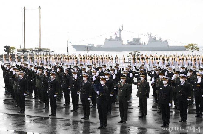 지난 3월12일 오후 해군사관학교 연병장에서 제75기 해군사관생도 졸업 및 임관식이 개최됐다. 해군·해병대 신임 소위들이 임관선서를 하고있다. /사진=해군 제공
