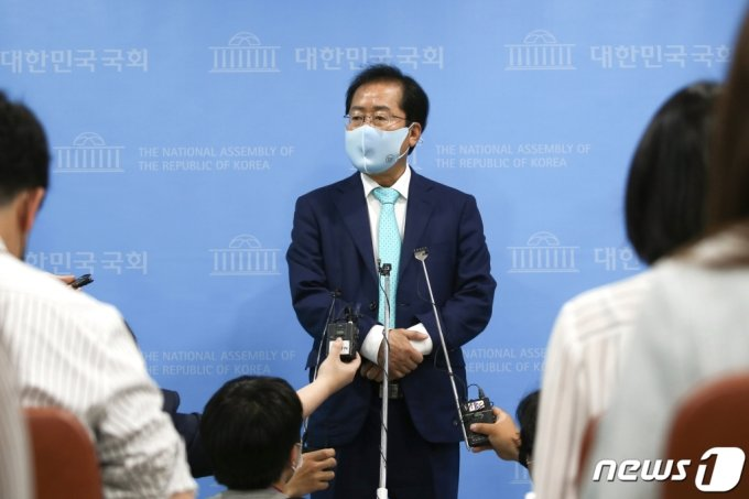 1년 3개월만에 국민의힘에 복당한 홍준표 의원이 24일 국회 소통관에서 기자회견을 하고 있다. /사진=뉴스1.