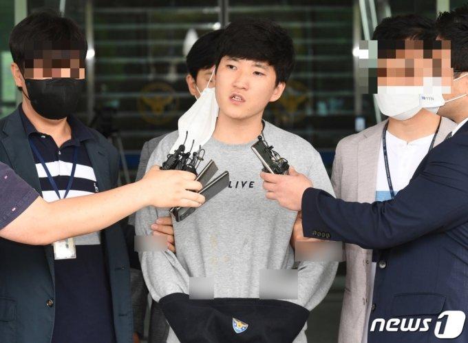 24일 오전 대전 서구 둔산경찰서에서 미성년자를 성추행하고 성 착취물을 제작해 유포한 혐의를 받고있는 최찬욱이 심경을 밝히고 있다. /사진=뉴스1