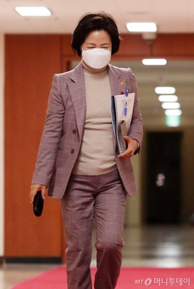 추미애 법무부 장관이 5일 오전 서울 종로구 정부청사에서 열린 올해 첫 국무회의에 참석하고 있다. /사진=김휘선 기자 hwijpg@