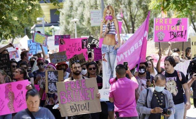 23일(현지시간) 미 캘리포니아주 로스앤젤레스(LA) 카운티 스탠리 모스크 고등법원에서 가수 브리트니 스피어스가 친부 제이미 스피어스의 후견인 박탈 관련 심리가 열리는 동안 그의 팬들이 법원 앞에서 '프리 브리트니'(Free Britney)를 외치며 지지하고 있다. 스피어스는 장기간의 후견인 제도로 삶의 자율성을 뺏겼고 친부에게 모든 것을 지배당했다며 친부의 후견인 박탈을 바란다고 밝혔다. 2021.06.24.사진=(로스앤젤레스)AP/뉴시스