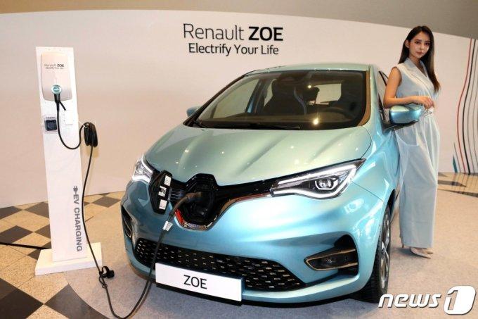 (서울=뉴스1) 이광호 기자 = 르노삼성자동차가 유럽에서 전기차 누적 판매 1위를 기록한 '르노 조에(Renault ZOE)'를 18일 오전 서울 동대문디자인플라자(DDP)에서 선보이고 있다. 르노 조에는100kW급 최신 R245모터를 장착해 136마력의 최고출력과 25kg.m(245Nm)의 최대토크를 발휘하며 전기차 전용 플랫폼을 적용해 낮은 무게중심과 이상적인 무게 배분으로 라이드 & 핸들링 성능이 뛰어난 게 특징이다. 54.5kWh 용량의 Z.E. 배터리를 탑재했으며 완전히 충전했을 때 주행가능거리는 309km(WLTP 기준 395km)이다. 50kW급 DC 급속충전기를 이용하면 30분 충전으로 약 150km를 주행할 수 있다. 조에는 2012년 유럽에 처음 선보였고 이번에 국내 출시되는 건 3세대의 부분변경 모델이다. 2020.8.18/뉴스1