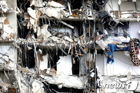 붕괴된 건물의 내부가 다 드러나 있다. /사진제공=로이터/뉴스1