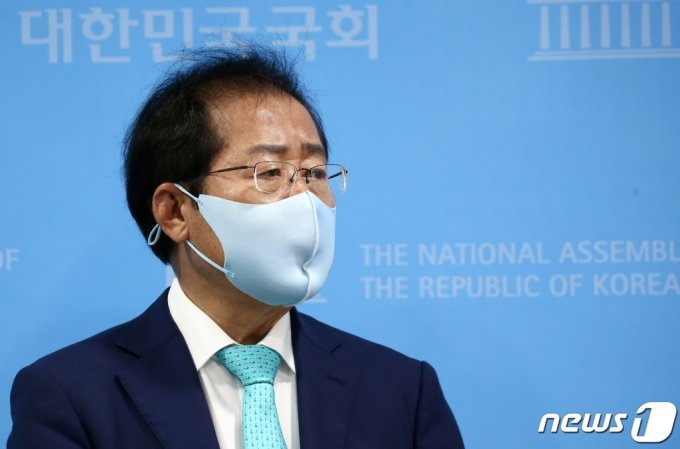 1년 3개월 만에 국민의힘에 복당한 홍준표 의원이 24일 국회 소통관에서 기자회견을 하고 있다. /사진=뉴스1.