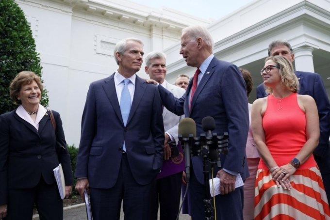 조 바이든 대통령(왼쪽)이 24일 인프라 법안 관련 회의를 마치고 백악관에서 롭 포트만 공화당 상원의원과 대화하고 있다. June 24, 2021. REUTERS/Kevin Lamarque