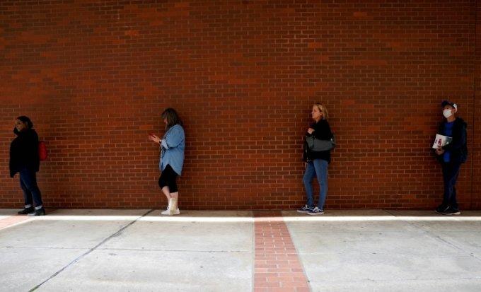 일자리를 잃은 사람들이 아칸소 인력센터에서 실업급여 신청을 위해 기다리고 있다. REUTERS/Nick Oxford/