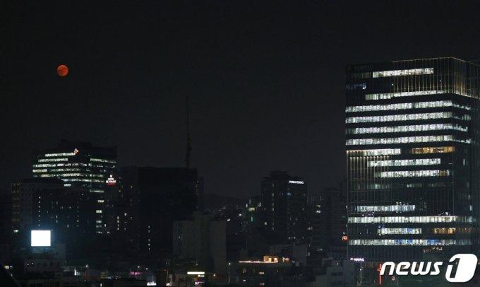 24일 오후 서울시내 상공에 뜬 '스트로베리 문'/사진=뉴스1