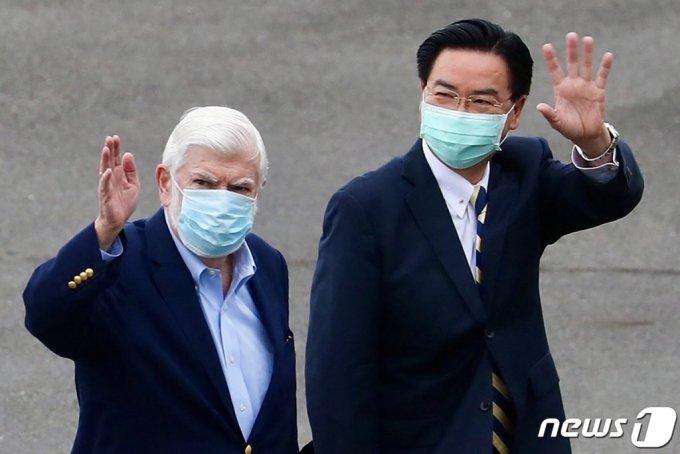우자오셰 대만 외교부장(오른쪽), 왼쪽은 크리스 도드 전 미국 상원의원 /AFP=뉴스1