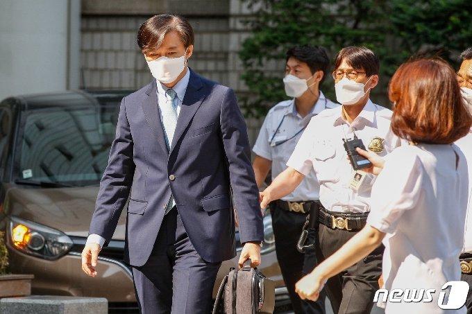 조국 전 법무부 장관이 25일 서울 서초구 중앙지방법원에서 열린 공판에 출석하고 있다.  2021.6.25/뉴스1 © News1 안은나 기자