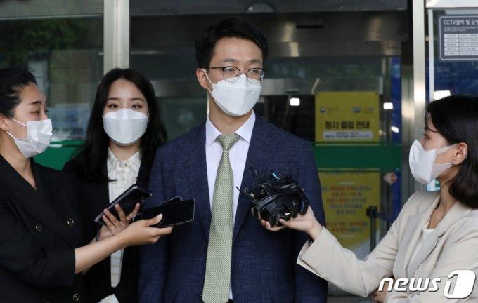 손정민씨 친구 A씨의 법률대리인인 법무법인 원앤파트너스 이은수(오른쪽), 김규리 변호사/뉴스1
