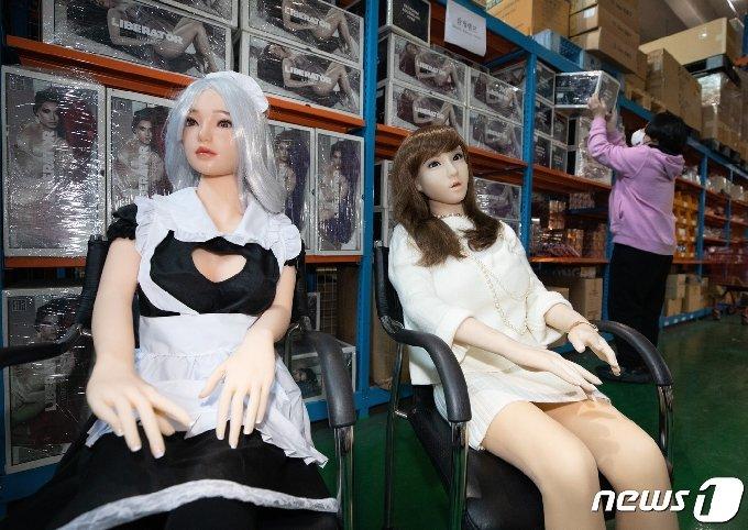 24일 오후 서울에 위치한 리얼돌 수입업체 물류창고에서 관계자가 상품을 정리하고 있다. 2021.2.24 /뉴스1 © News1 이재명 기자