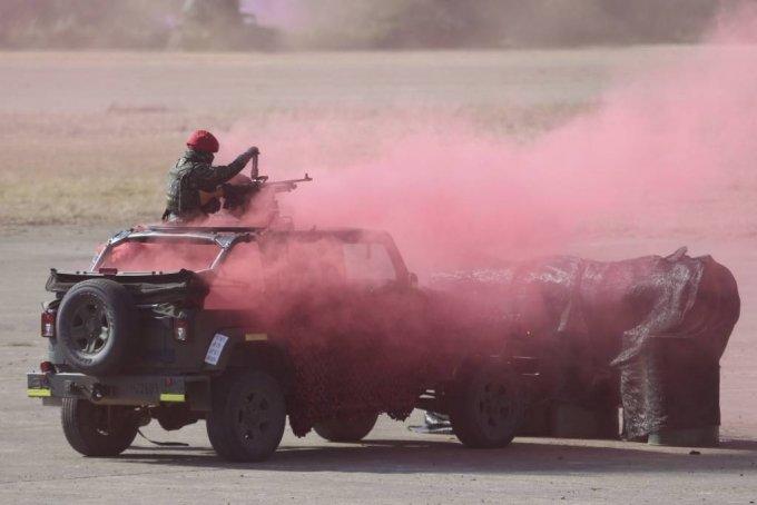 지난 1월 대만 북부 신주에서 대만군이 기동훈련을 실시한 가운데 대항군 역할을 하는 한 병사가 기관총을 발사하고 있다. 전차와 박격포, 소형 화기 등을 동원한 대만군은 중국의 군사 위협으로부터 방어하기 위한 기동 훈련을 했다. /AP=뉴시스