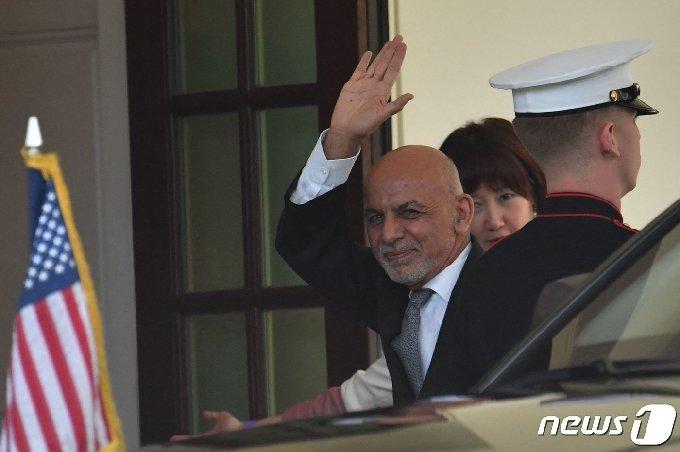 [사진] 백악관 도착하며 손 흔드는 가니 아프간 대통령