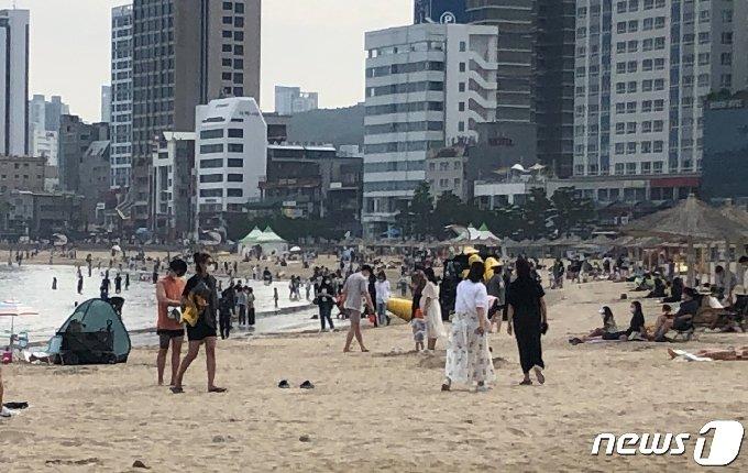 26일 오후 부산 광안리해수욕장에 피서객들이 몰려 있다.2021.6.26/© 뉴스1 백창훈 기자
