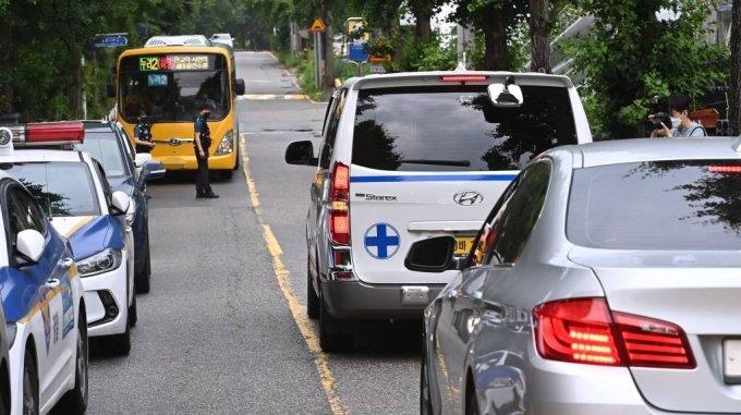 28일 오전 경기도 성남시 분당구 새마을연수원 인근 야산에서 실종 1주일만에 숨진 채 발견된 김휘성 군의 시신이 운구된 구급차가 병원으로 향하고 있다. / 사진=뉴시스