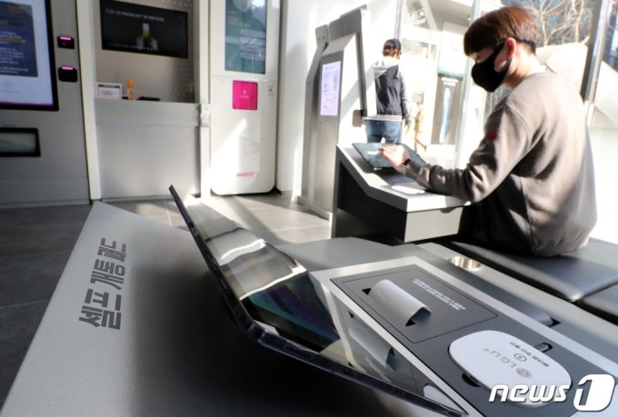 지난3월23일 서울 종로구의 LG유플러스 1호 무인매장 'U+언택트스토어'에서 한 고객이 스마트폰을 직원의 도움 없이 셀프 개통하고 있다. /사진=뉴스1