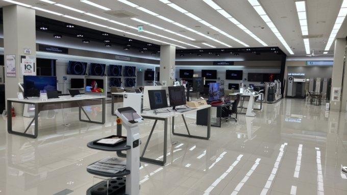 지난 28일 서울 관악구 LG전자베스트샵 봉천점에서 야간 무인매장을 운영 중인내부 모습./사진=오문영 기자
