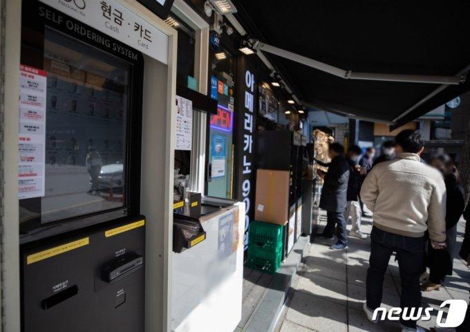 서울 시내의 한 커피전문점에 설치된 키오스크에서 시민들이 음료를 주문하고 있다./사진=뉴스1