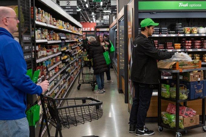 미국 시애틀의 아마존 고 그로서리 매장을 이용 중인 고객들 /사진=AFP