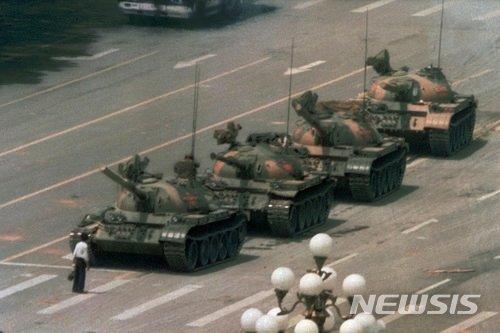 AP통신 사진기자 제프 와이드너가 찍은 사진으로, 지난 1989년 6월5일 중국 베이징(北京) 중심가 창안제(長安街)에서 한 남성이 맨몸으로 중국군 탱크들을 막아섰던 모습. /사진=뉴시스