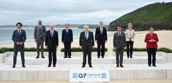 지난 11일(현지시간) 영국 남서부 콘월의 카비스베이에서 막을 올린 주요 7개국(G7) 정상회의에서 참가국 정상들이 단체 기념사진 촬영을 위해 포즈를 취하고 있다. /사진=AFP
