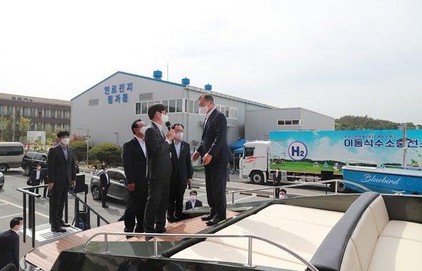문재인 대통령이 지난 5월 6일 울산 수소연료전지실증화센터에서 빈센의 수소전기보트 하이드로제니아에 대한 설명을 듣고 있다/사진=빈센 제공