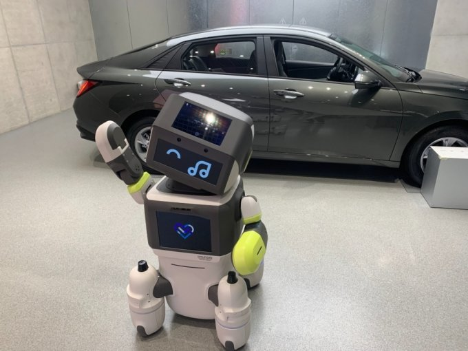1일 오후 8시쯤 서울 송파구에 위치한 현대차 송파대로 전시장에서 인턴 로봇 '달이(DAL-e)'가 기념 사진 포즈를 취하고 있다/사진=이강준 기자