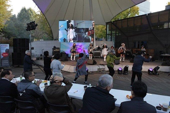대학로 마로니에공원 야외공연장에서 열린 인터엠배 직장인밴드대회에서 관객들이 신나는 음악공연에 맞춰 춤추는 모습/사진제공=M터치