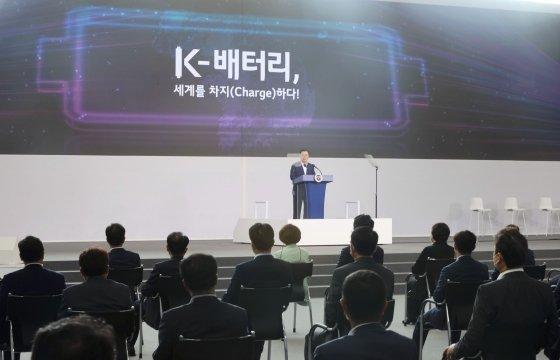 문재인 대통령이 8일 충북 청주시 LG에너지솔루션 오창 제2공장에서 열린 K-배터리 발전전략 보고 'K-배터리, 세계를 차지(charge)하다'에서 발언하고 있다. /사진=뉴시스
