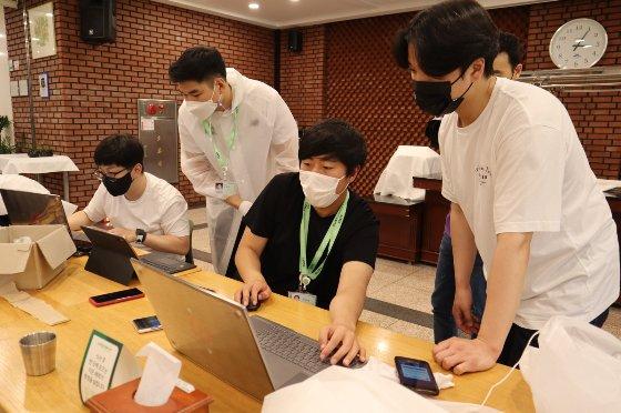 삼성청년SW아카데미 4기 대전캠퍼스의 교육생들이 함께 프로젝트를 진행하고 있다. /사진제공=삼성전자