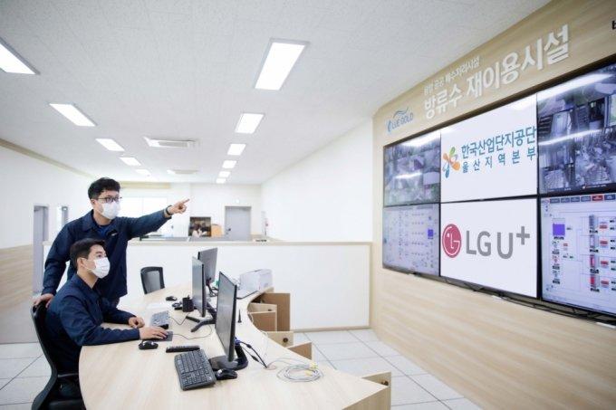 산업단지 관계자들이 U+스마트팩토리 솔루션을 살펴보고 있는 모습./사진=LGU+