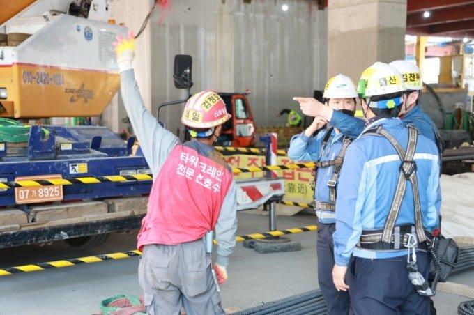 삼성물산 직원과 근로자가 작업 안전 상황을 확인하고 있다 . /사진제공=삼성물산