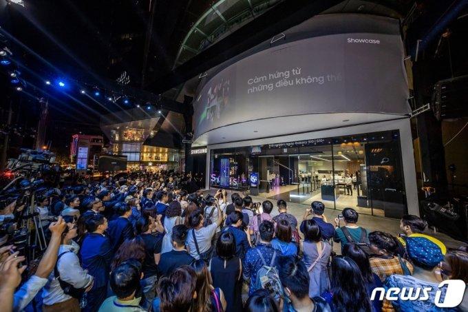 지난해 3월15일(현지시간) 삼성전자가 베트남 호치민시에 오픈한 브랜드 체험 공간 '삼성 쇼케이스'. 비텍스코파이낸셜 타워에 약 1100㎡(약330여 평) 규모로 마련됐다./사진=뉴스1(삼성전자 제공)