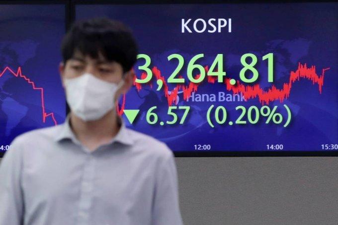 코스피가 전 거래일(3271.38)보다 6.57포인트(0.20%) 내린 3264.81에 장을 마감한 14일 오후 서울 중구 하나은행 딜링룸에서 딜리들이 업무를 보고 있다. 이날 코스닥 지수는 전 거래일(1043.31)보다 1.67포인트(0.16%) 오른 1044.98에, 원·달러 환율은 전 거래일(1145.4원)보다 3.1원 오른 1148.5원에 마감했다./사진=뉴시스