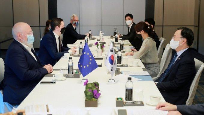 """문승욱 산업통상자원부 장관은 6일 서울 포시즌스호텔 아라룸에서 프란스 티머만스(Frans Timmermans) EU 그린딜 담당 수석 부집행위원장과 면담을 갖고, 인사말을 통해 '국제 무역에 대한 장벽으로 작용해서는 안되며, 국내·외 차별적 조치를 금지하는 WTO 규정에 합치되도록 설계되어야 하고, 이중규제 적용 가능성을 고려해 한국과 같이 EU와 유사한 배출권 거래제(ETS) 시행 국가에 대해서는 적용을 제외해야한다.'고 밝힌 후 """"기후위기 극복을 위한 양측의 정책적 노력 공유, 그린뉴딜·그린딜간 협력 방안, EU 탄소국경조정제도 도입""""등과 관련하여 의견을 논의하였다./사진=산업통상자원부"""