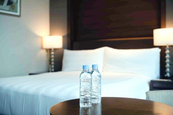 롯데호텔이 ESG 경영을 선언하고 특급호텔 중 이례적으로 '무라벨 생수'를 도입했다. /사진=롯데호텔