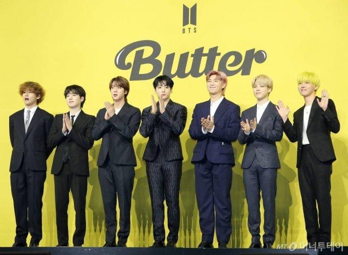 방탄소년단(BTS, 뷔 슈가 진 정국 RM 지민 제이홉)이 21일 오후 서울 송파구 방이동 올림픽홀에서 진행된 새 싱글앨범 'Butter' 발매 기념 쇼케이스에서 인사하고 있다.  'Butter'에는 버터처럼 부드럽게 녹아들어 너를 사로잡겠다는 방탄소년단의 귀여운 고백이 담겨있다.  방탄소년단은 'Butter'를 사실상의 선 공개 싱글로 스타트를 끊고 6월 중 'Butter'가 포함된 새 앨범을 발매할 계획이다. 2021.05.21 /사진=김창현 기자 chmt@