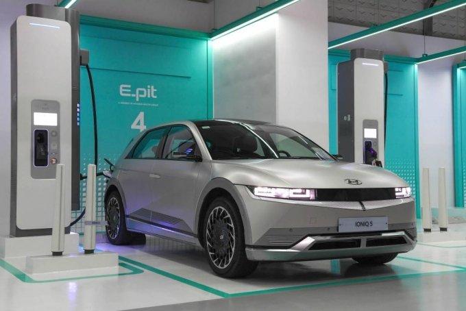 [서울=뉴시스]현대자동차그룹이 서울 을지로에 위치한 미래에셋 센터원 빌딩에 전기차 초고속 충전소 '을지로 센터원 E-pit'를 구축하고 5일부터 본격적인 운영에 들어간다고 밝혔다. (사진=현대자동차그룹 제공) 2021.07.05. photo@newsis.com *재판매 및 DB 금지
