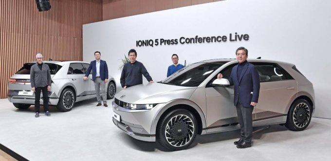 [서울=뉴시스]현대자동차는 23일 온라인으로 '아이오닉 5 세계 최초 공개' 행사를 진행했다. 현대차는 아이오닉 5에 세계 최고 수준의 현대차그룹 전기차 전용 플랫폼인 E-GMP(Electric-Global Modular Platform)를 최초로 적용하고 고객들이 자신만의 라이프 스타일에 맞춰 차량의 인테리어 부품과 하드웨어 기기, 상품 콘텐츠 등을 구성할 수 있는 고객 경험 전략 '스타일 셋 프리(Style Set Free)'를 반영해 전용 전기차만의 가치를 극대화했다. 왼쪽부터 현대자동차 차량아키텍처개발센터 파예즈 라만 전무, 현대자동차 상품본부장 김흥수 전무, 현대디자인담당 이상엽 전무, 현대자동차 크리에이티브웍스실장 지성원 상무, 현대자동차 장재훈 사장이 아이오닉 5와 기념 촬영을 하고 있다. (사진=현대자동차 제공) 2021.02.23. photo@newsis.com *재판매 및 DB 금지