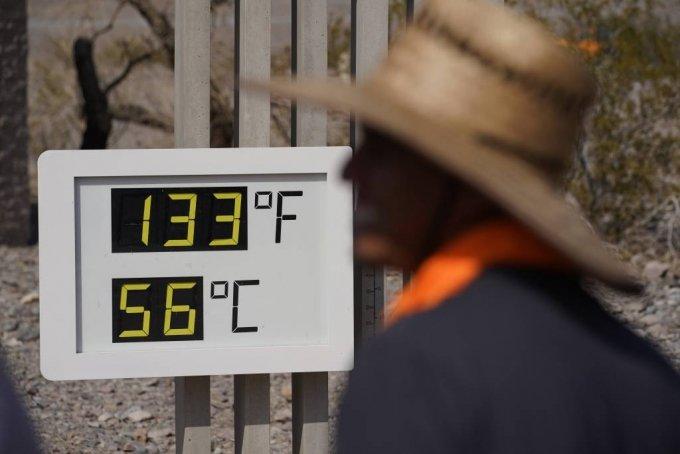[데스밸리=AP/뉴시스] 11일(현지시간) 미 캘리포니아주 데스밸리 국립공원의 여행자 안내소 앞 온도계가 56도를 가리키고 있다. 지난 9일 캘리포니아 남동부 모하비 사막의 데스밸리 기온이 54도를 기록하는 등 서부 지역에 연일 폭염이 이어지고 있다.  2021.07.12.