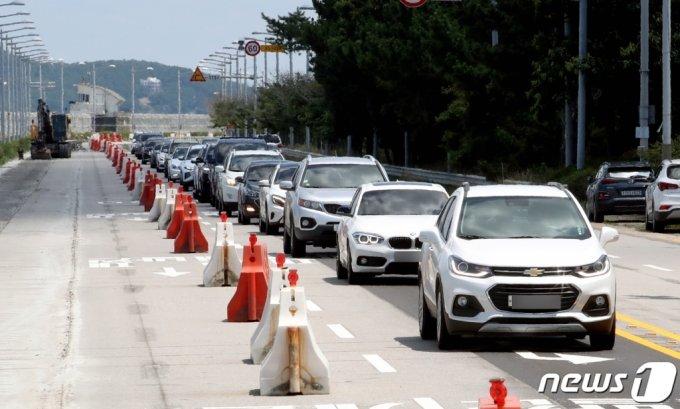 지난 18일 인천시 중구의 한 도로에서 피서 차량들이 을왕리 해수욕장으로 향하고 있다. /사진=뉴스1