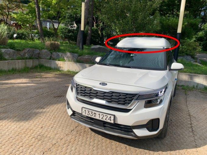 커스터마이징 모빌리티 서비스 '탐'의 '무빙 시네마' 차량. 기아 소형 SUV 셀토스에 전고가 높아지도록 개조됐다./사진=이강준 기자