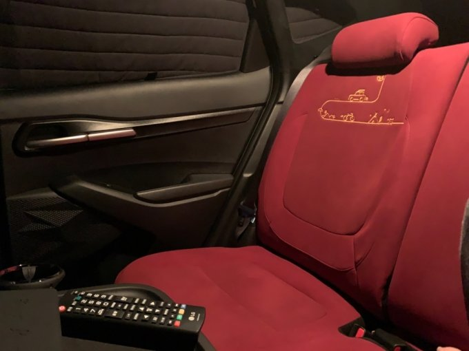 '무빙 시네마' 차량의 내부 시트. 영화관 콘셉트로 꾸몄다/사진=이강준 기자