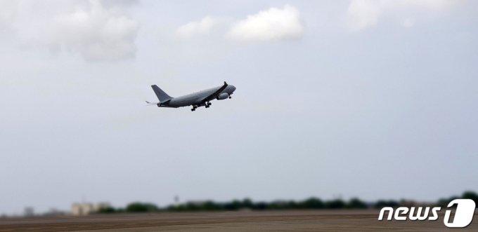 (서울=뉴스1) 이승배 기자 = 해외파병 중 코로나19가 집단발병한 청해부대 제34진 장병들을 태운 공군 다목적 공중급유수송기 KC-330 '시그너스'가 19일 오후 아프리카 현지 부대 작전지역 인접국가 소재 공항에서 이륙하고 있다. (국방부 제공) 2021.7.19/뉴스1