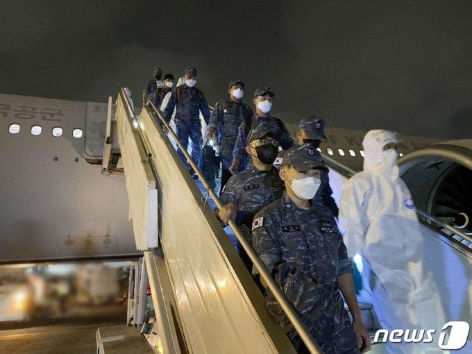 (서울=뉴스1) = 해외파병 임무 수행 중 신종 코로나바이러스 감염증(코로나19) 확진자가 발생한 청해부대 장병들을 국내로 복귀시키기 위한 공군 수송기가 19일 현지에 도착했다.  군 당국은 이들 수송기에 청해부대 장병들을 태워 국내로 이송할 예정이다. 장병들은 이르면 20일 오후 늦게 우리나라로 돌아올 수 있을 것으로 예상된다. 특수임무단 장병들이 현지공항에 도착해 다목적공중급유수송기에서 내리고 있다. (국방부 제공) 2021.7.19/뉴스1