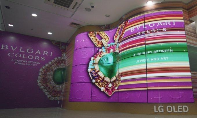 LG전자가 서울 예술의전당 한가람디자인미술관에서 열리는 불가리 컬러 전시회에서 올레드 플렉서블 사이니지 16대를 붙여 물결 모양의 올레드 조형물을 설치했다. /사진제공=LG전자