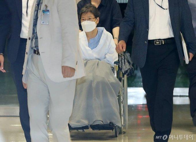 수감 중인 박근혜 전 대통령이 20일 오후 어깨 수술 부위 통증 치료를 위해 서울 서초구 성모병원으로 입원하고 있다. /사진=김휘선 기자 hwijpg@