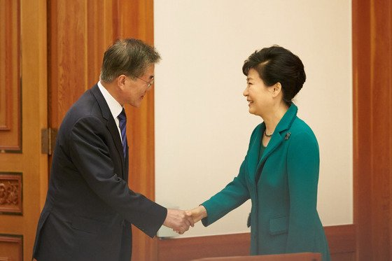 2015년 10월 당시 박근혜 대통령이 청와대에서 여야 지도부와 회동, 새정치민주연합 문재인 대표와 악수를 나누고 있다. (청와대) 2015.10.22/뉴스1