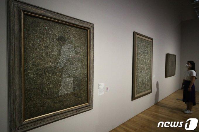 20일 오전 서울 종로구 국립현대미술관에서 열린 'MMCA 이건희컬렉션 특별전: 한국미술명작' 언론공개회에서 참석자가 전시된 작품을 살펴보고 있다.  'MMCA 이건희컬렉션 특별전: 한국미술명작'은 이건희 컬렉션 총 1,488점 중 20세기 초중반 한국미술 대표작이 전시되며 내년 3월 13일까지 계속된다. /사진=뉴스1