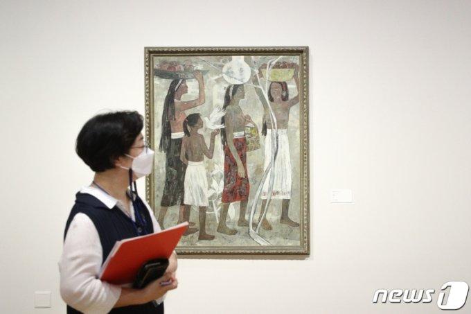 국립현대미술관이 20일 오전 서울 종로구 국립현대미술관에서 'MMCA 이건희컬렉션 특별전'을 언론에 공개하고 있다.   'MMCA 이건희컬렉션 특별전: 한국미술명작'은 이건희 컬렉션 총 1,488점 중 20세기 초중반 한국미술 대표작이 전시되며 내년 3월 13일까지 계속된다./사진=뉴스1